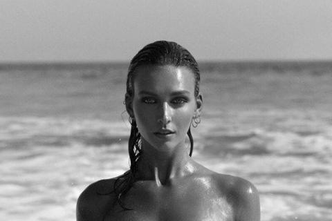 beautiful-nudist-girl-inside-sea