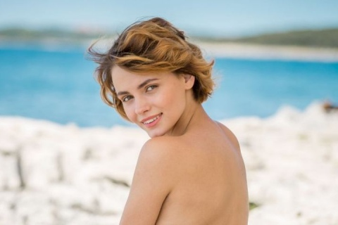 beautiful-nudist-girl-short-hair-ass-smiling